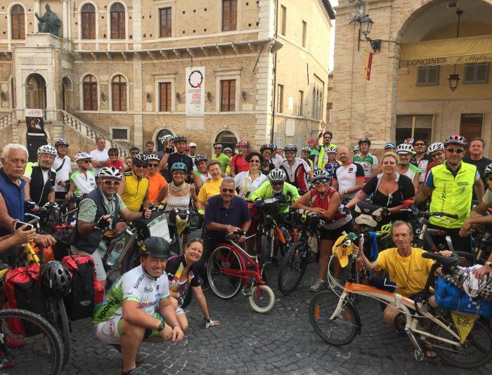 Bicistaffetta in Piazza del Popolo a Fermo.