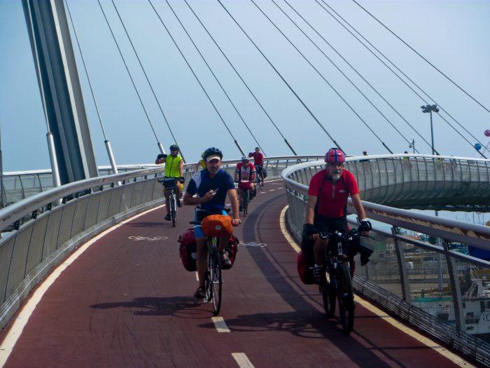 Il passaggio del gruppo sul ponte ciclopedonale di Pescara.