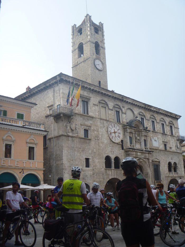 L'arrivo della Bicistaffetta in Piazza del Popolo ad Ascoli Piceno.
